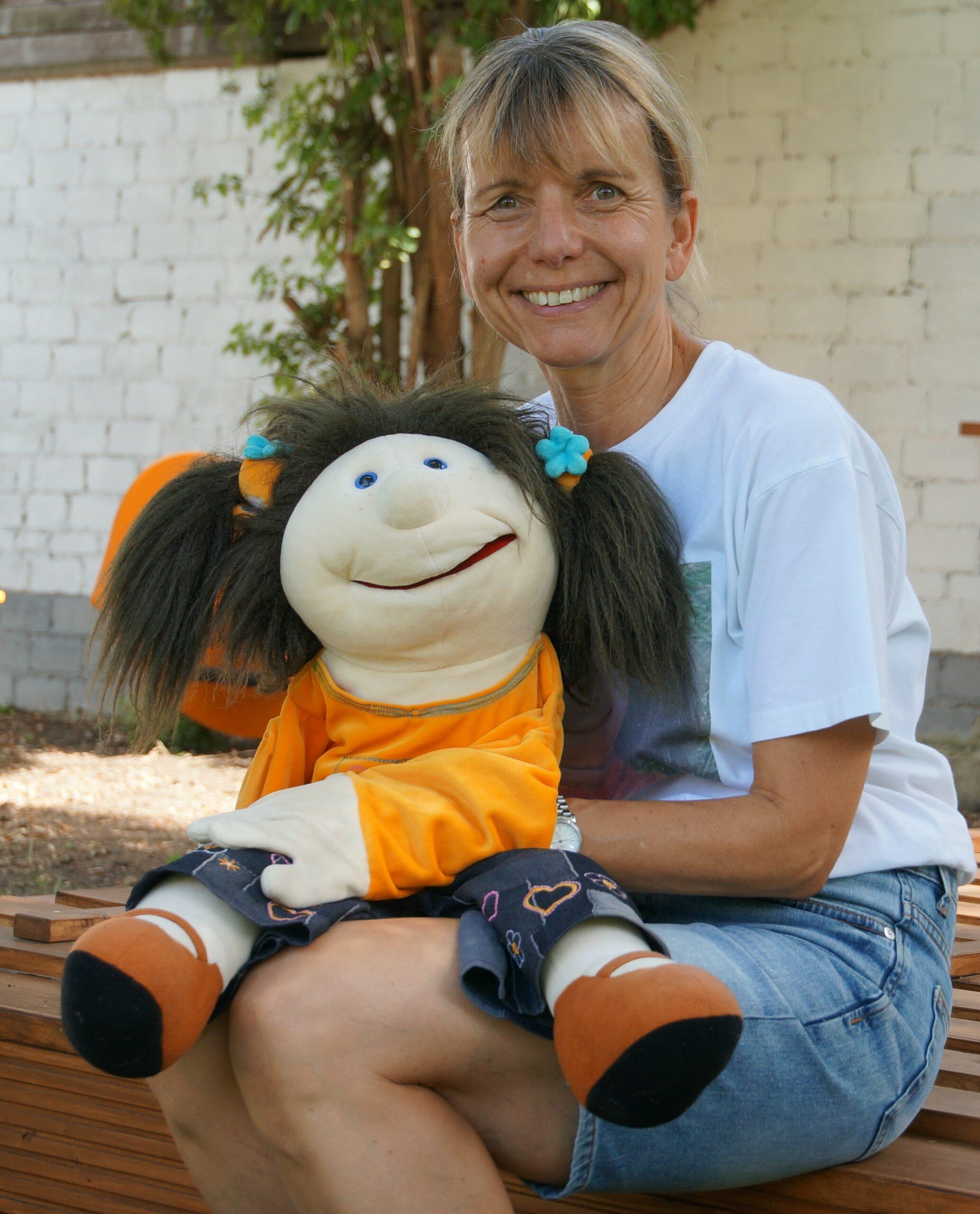 Sonja Schleiermacher mit der Handpuppe Conny